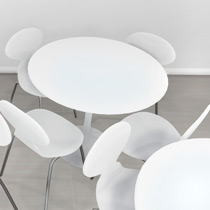 tables et chaises blanches